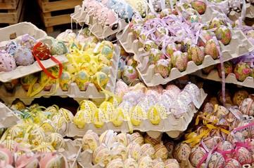 Kunstvoll handbemalte Ostereier mit Bändern in Eikartons