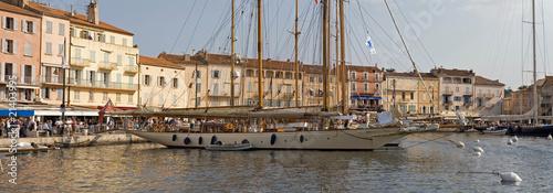 Port de saint-tropez en méditerranée dans le sud de la France