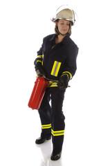 Junge Feuerwehrfrau in Uniform mit Feuerlöscher