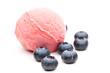 Eine rote Kugel Eis mit Beeren