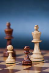 Dwa piony oraz dwa króle na szachownicy