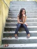 sentada em escadaria