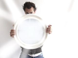 homem com espelho