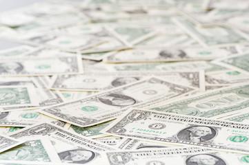 sehr viele ein-dollarnoten auf tisch