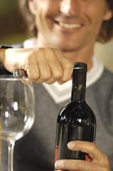stappare una bottiglia di buon vino rosso