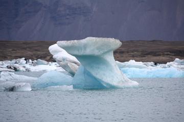 Schmelzender Eisberg auf deem Gletscherssee Joekulsaurlon
