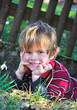Kind tummelt sich im Gras
