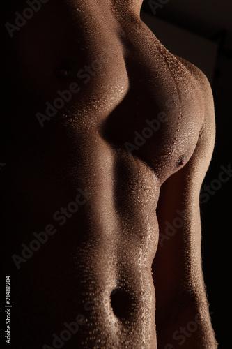 Wassertropfen auf Männerkörper