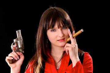 Sexy Mädchen mit Zigarre und Pistole