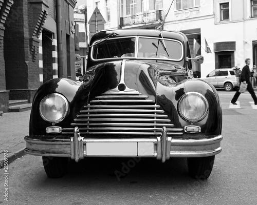 retro-samochod-na-ulicy-w-kolorze-czerni-i-bieli