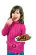 Mädchen mit Teller voller Bratwürstchen
