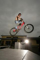 Jugendlicher springt mit Bike über Rampe