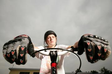 Portrait Teenager mit Rad