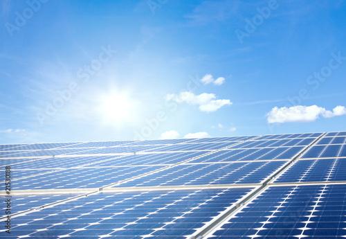 Solarpanels mit Himmel und Sonne