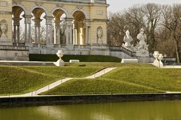 Gloriette am Morgen im Schlosspark Schönbrunn zur Osterzeit