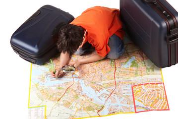 bambino con valigie e mappa geografica
