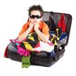 bambino in valigia pronto per le vacanze