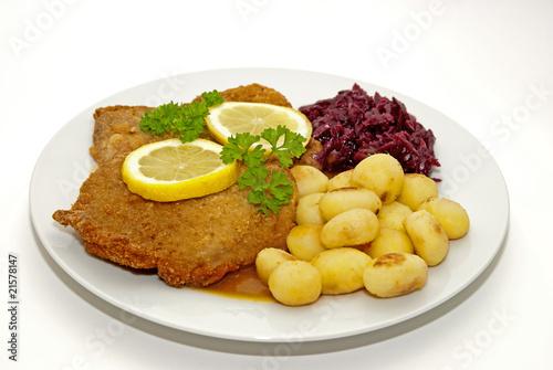 Schnitzel mit Kartoffeln und Rotkohl - 21578147