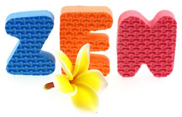 "mot ""zen"", fleur de frangipanier, fond blanc"