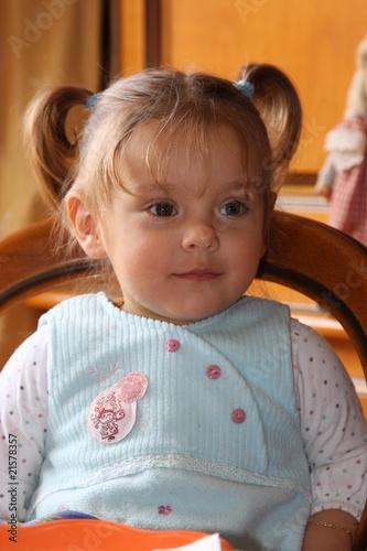 portrait de  bébé fille blonde âgée de 20 mois