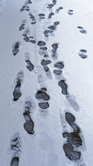 Fußspuren auf verschneiter Straße