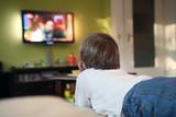 Kind vor TV