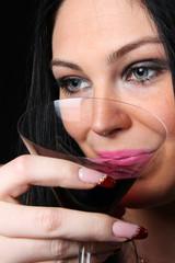 ragazza che beve vino