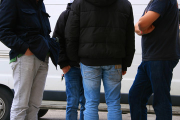 gruppo di giovani in jeans