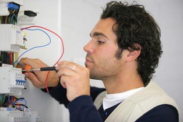 Portrait d'un électricien travaillant sur un compteur électrique
