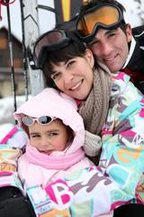 portrait d'une famille au ski