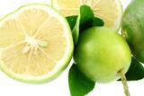 citrons verts naturels bio sans pesticides, fond blanc poster