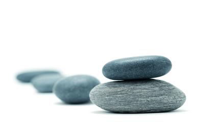galets zen isolés sur un fond blanc - relaxation