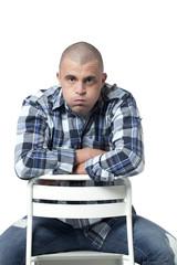 jeune homme assis déprimé exténué