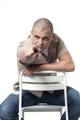 jeune homme assis accusation de l'index