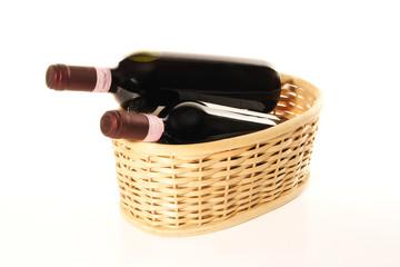 bottiglie di vino rosso in cesto di vimini