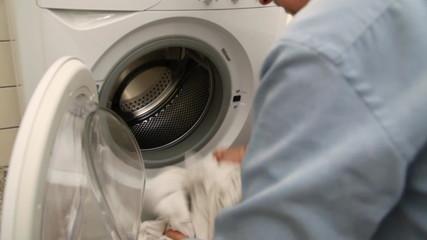 Single wäscht seine Unterwäsche
