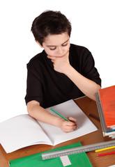 bambino che fa i compiti di scuola