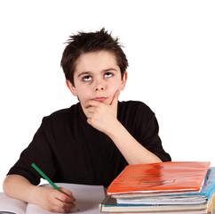 bambino a scuola pensieroso