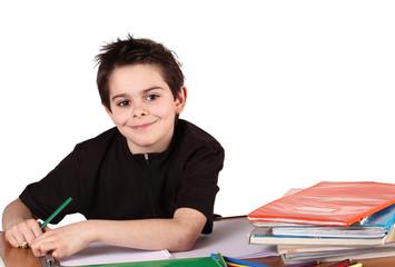 bambino sorridente sul banco di scuola