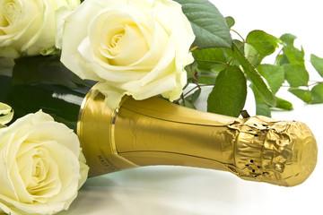 Champagner mit weißen Rosen