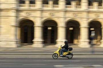 Motorroller in Bewegung vor der wiener Staatsoper