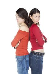 deux jeunes femmes dos a dos rivalité