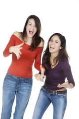 deux jeunes femmes heureuse debout
