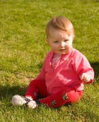 Baby auf der Wiese