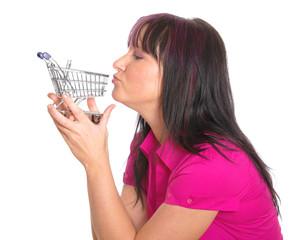 Frau küsst leeren Einkaufswagen