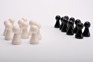 Zwei Gruppen unterschiedlicher Figuren stehen sich gegenüber