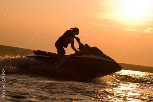 Staande foto Water Motorsp. beautiful girl riding her jet skis