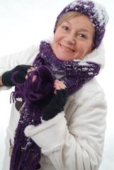 Eine lachende Frau in Winterkleidung.