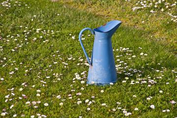 jarrón metálico azul