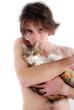 Tendresse - Jeune torse nu et son chat tigré